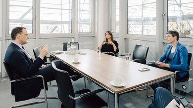 Julia Rotherbl (hinten) und Tina Haase im Gespräch mit Bundesgesundheitsminister Jens Spahn