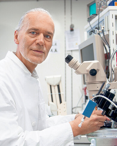 Gewebeforschung im Labor: Der Humanbiologe Dr. Robert Schleip untersucht Faszien unter dem Mikroskop