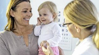 Mutter mit Kind beim Kinderarzt