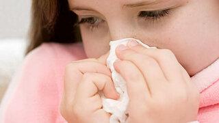 Mädchen schneuzt sich die Nase