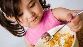 Kind isst Müsli