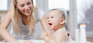 Mutter badet ihr Kind
