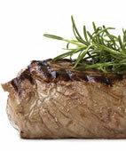 Fleisch liefert wertvolles Eisen und Eiweiß. Mit fetter Wurst sollten Schwangere jedoch sparsam umgehen