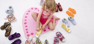Kind probiert Schuhe an