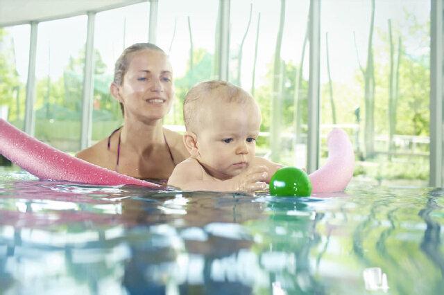 Babyschwimmen, Baby, Schwimmbad, Mutter, Wasser, Ball, Poolnudel