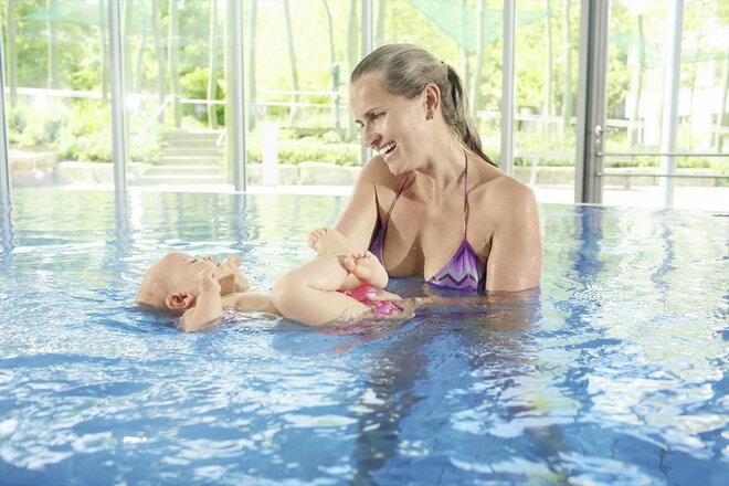 Babyschwimmen, Baby, Schwimmbad, Mutter, Wasser, völlig entspannt, entspannen, Rückenlage, erholen