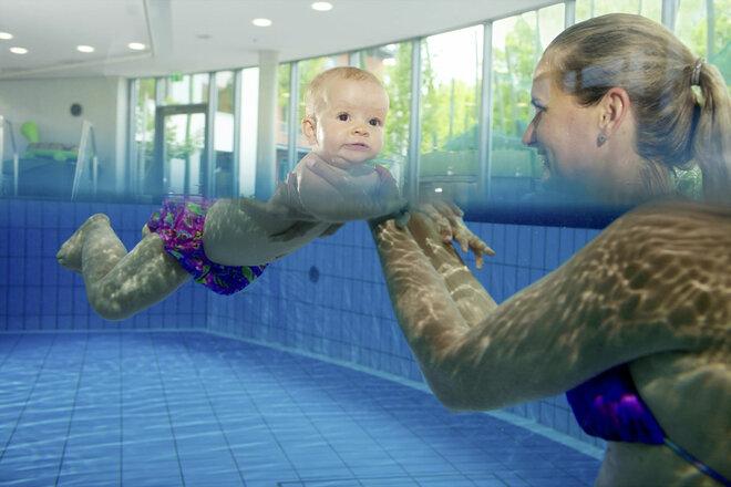 Schwerelos schwimmen in der Bauchlage