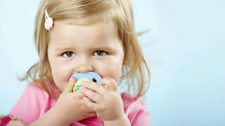 Mädchen mit Schnuller im Mund