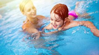 Schwimmen lernen für Kleinkinder