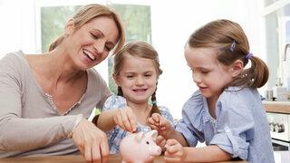 Mutter zeigt ihren Kindern, wie sie ganz leicht Geld sparen können