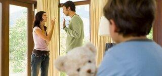 Kind beobachtet Eltern beim Streit