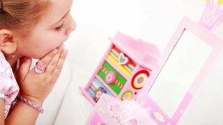 Kleines Mädchen spielt Prinzessin