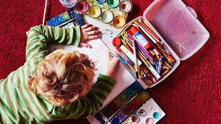 ein Kind malt