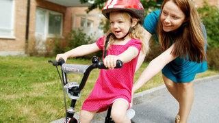 Kleines Mädchen lernt Fahrrad fahren