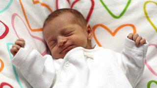 Baby schlafend auf einer Decke
