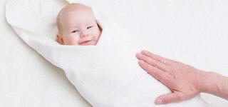 Baby in Decke eingewickelt