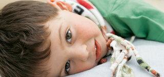 Junge mit Halsschmerzen