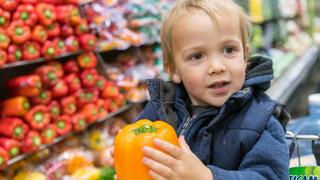 Kind Junge Paprika Supermarkt Einkaufen Gesunde Ernährung Stolz lachen freundlich