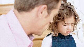 Vater spricht mit Tochter