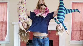 Vater hält Kinder hoch