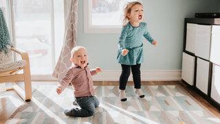 Kinder Wohnzimmer Springen Hüpfen