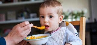 Baby wird mit Gemüsebrei gefüttert
