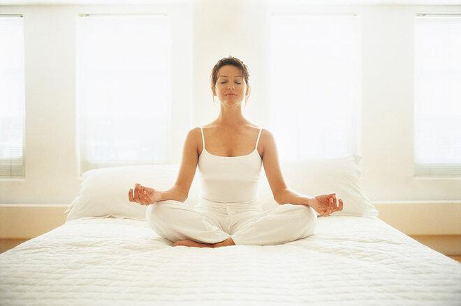 Frau meditiert