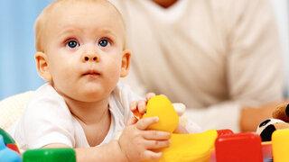 Baby spielt mit Spielzeug