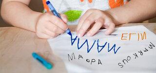 Mädchen lernt schreiben