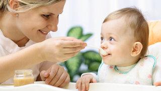 Mutter füttert ihr Kind