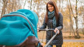 BuF Mutter Kinderwagen Blickkontakt Schieben Herbst Winterlich