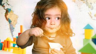 Mädchen isst Joghurt