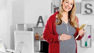 Schwangere Frau im Büro