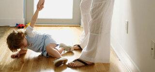 Mutter hält Kind an der Hand