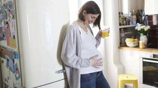 Schwangere Frau mit Getränk