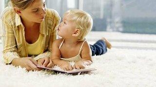 Mutter liest ihrem Kind vor