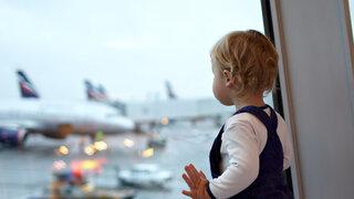 Kind auf dem Flughafen