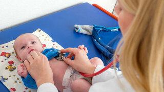 Baby wird untersucht