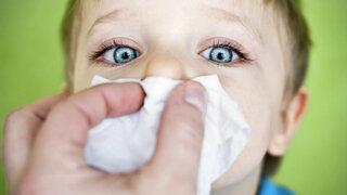 Kind die Nase putzen