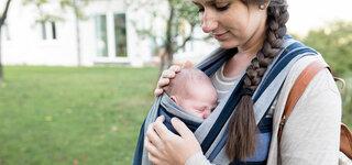 Baby im Tragetuch tragen