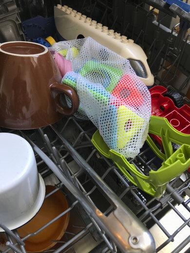 Kleinteilige Sachen am besten in eine Netztasche packen. Aber Vorsicht: Plastik und heißes Wasser vertragen sich nicht. Wähle ein Programm mit maximal 45 Grad Celsius