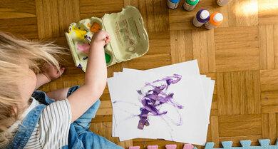 Fingerfarben sind super. Und in Eierkartons sind sie Kunst in (nachhaltigen) Dosen.