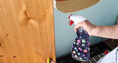 Angst vor Gespenstern im Schrank oder unterm Bett? Mit diesem Anti-Monster-Spray (Wasser mit Lebensmittelfarbe) vertreibt ihr sie. Einfach vor dem Schlafen ein paar mal sprühen.