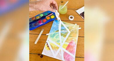 Klebt einfach ein Papier mit etwas Isolier-Klebeband ab und lasst die Kinder Kunst machen
