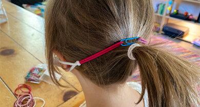 Damit die Ohren nicht schmerzen, wenn man einen Mund-Nasen-Schutz trägt – einfach Haargummis nehmen und den Druck auf den Kopf lenken.