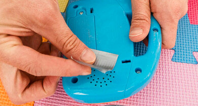 Ein neues tolles Spielzeug von der Tante? Klebe etwas Klebeband auf die Lautsprecher-Öffnung und schon ist die Lautstärke auf einem erträglichen Niveau