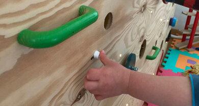 Knöpfe drücken, Kugeln schieben, kleine Rätsel lösen – mit einem Activity-Board ist dein (Klein-)Kind ordentlich beschäftigt