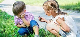 Mädchen und Junge spielen