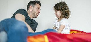 Vater redet mit Mädchen