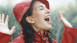 Frau mit wasserabweisender Regenkleidung
